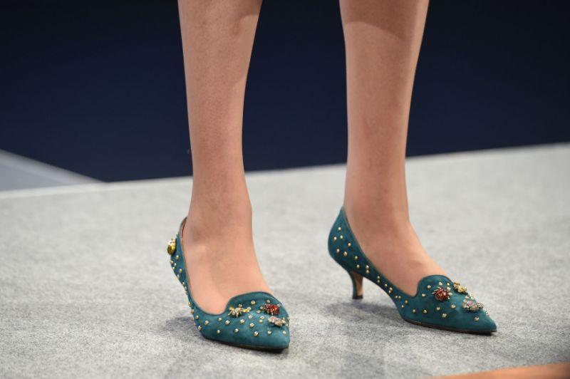 theresa may böcek işlemeli ayakkabı