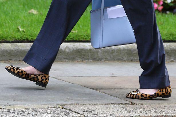 Theresa May düz leopar ayakkabı