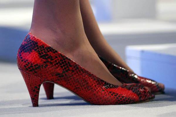 theresa may kırmızı yılan ayakkabı
