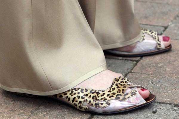 Theresa May şeffaf açık ayakkabı