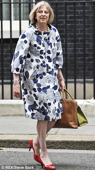 Theresa May çiçekli pardesü