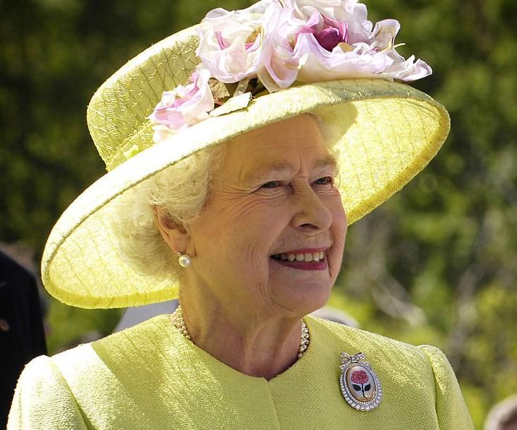 kraliçe elizabeth giyim tarzı ve broşları