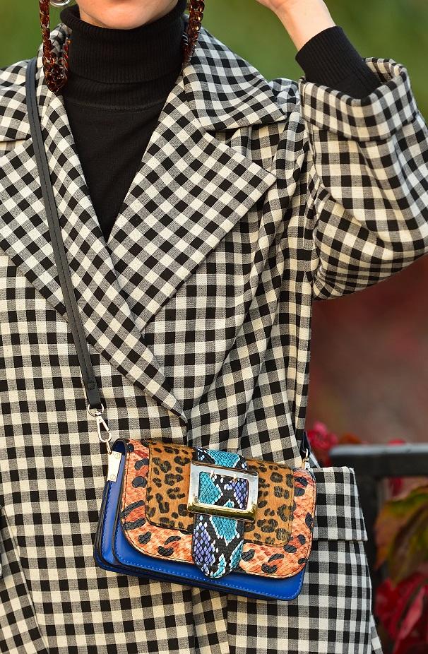пальто в клеточку и леопардовая сумка