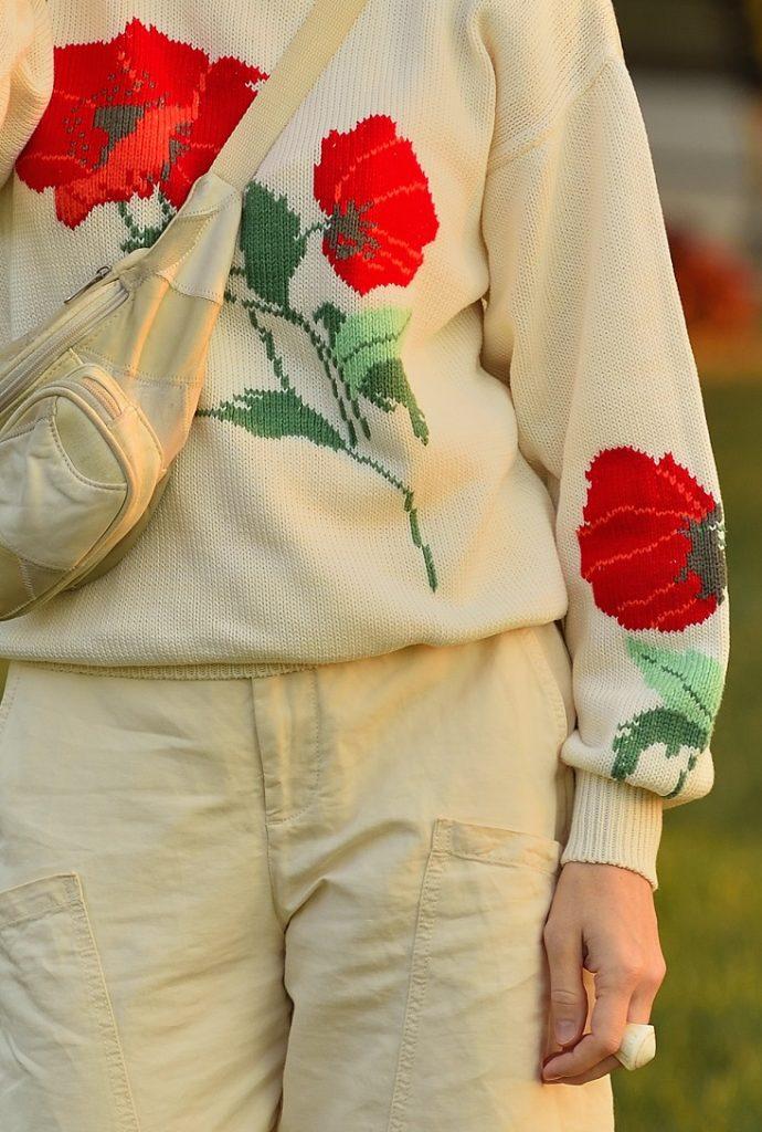 кремовый свитер с маками